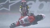 Un pilote surfait avec sa moto après avoir glissé