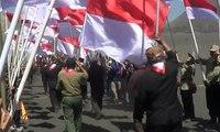 Ribuan Bendera Merah Putih Ditancapkan di Gunung Bromo
