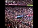 Feyenoord Çocuk hastanesinden gelen çocukları maça davet etmiş. Rakip takımın taraftarları da bunu öğrenip maça peluş oyuncaklarla gelmişler