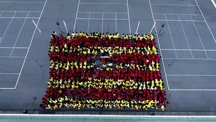 Hommage du Collège de l'Etang Saint Paul, à l'occasion du premier anniversaire des attentats de Barcelone.
