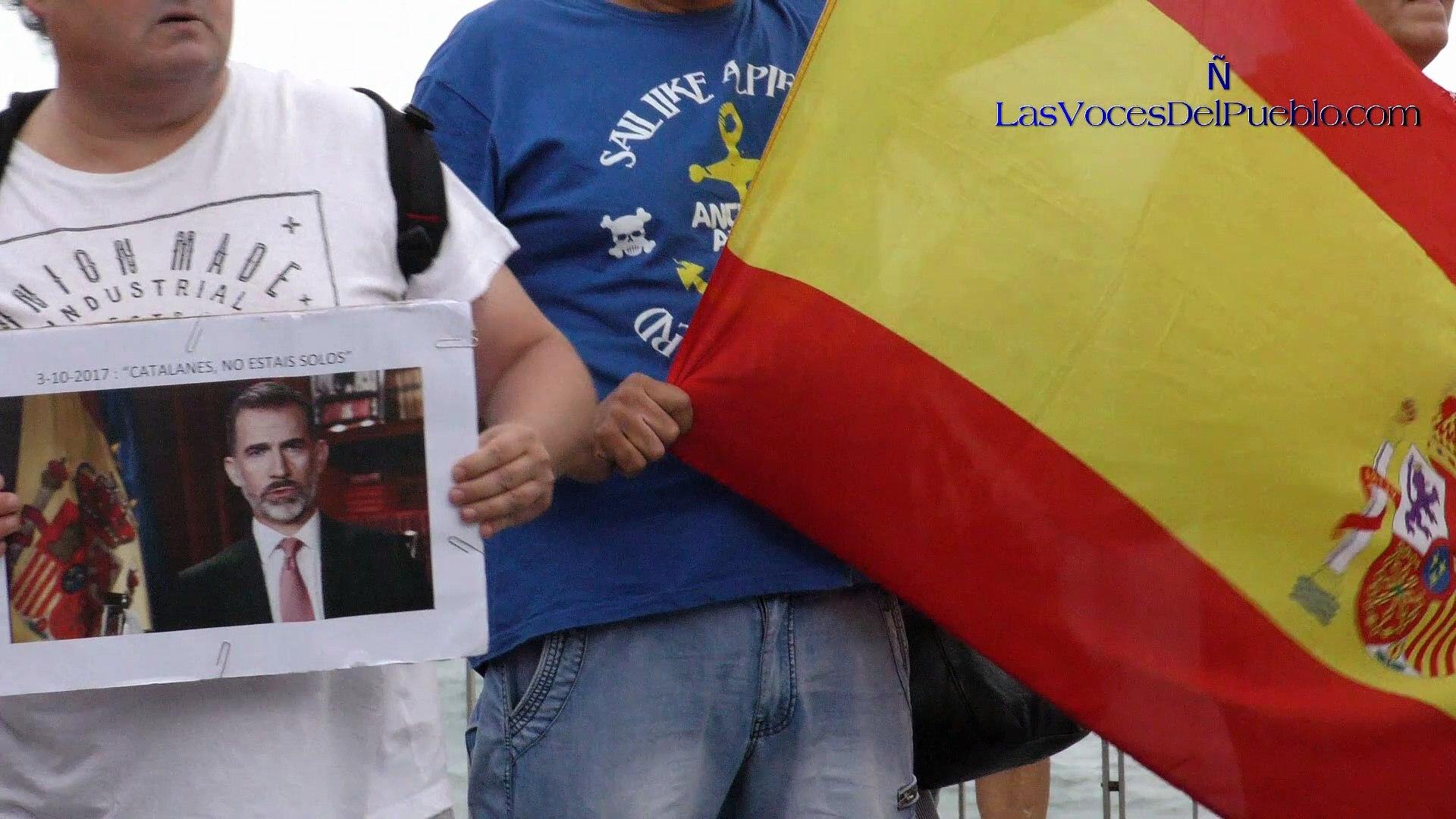 (Completo) Españolas muestran su cariño ante el Hospital a la española agredida por independista