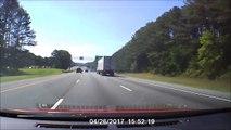 Quand un camion perd une roue au milieu de l'autoroute