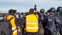 Los Mossos cargan contra los independentistas para reabrir el tráfico en la A-2