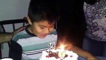Un enfant plonge la tête dans son gâteau d'anniversaire avant d'éteindre ses bougies !