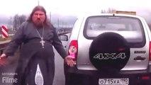 Kleiner Autounfall mit einem Priester auf Autobahn
