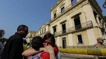 Síró alkalmazottak és tüntetés a kiégett múzeumnál
