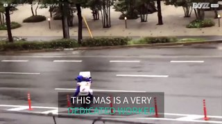 Japanese worker fights against typhoon to deliver pizza HD