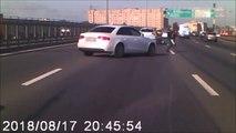 Le réflexe de cet automobiliste qui  coupe la route pour protéger un motard qui vient de chuter au milieu de l'autoroute