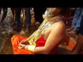 20 किलो सोना पहनकर गोल्डन बाबा पहुंचे हरिद्वार, लगाई गंगा में डुबकी   गोल्डन बाबा   Golden Baba