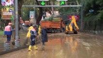 Sarıyer'de aşırı yağış nedeniyle Sarıyer Tüneli Maslak yönüne trafiğe kapatıldı.