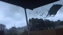 Il filme une tornade qui arrive dans son jardin et esquive de justesse des débris