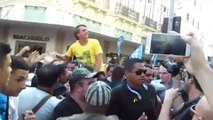 Présidentielle au Brésil: le candidat d'extrême droite en tête des sondages se fait poignarder en pleine rue