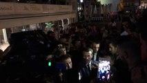 Emmanuel Macron s'offre un bain de foule à minuit sur le Vieux-Port de Marseille