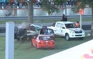 Une voiture se fait découper en deux après avoir percuté un arbre pendant une course !