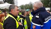 Tension entre les gilets jaunes et les gendarmes au rond-point de la Croix-de-Romans à Crest