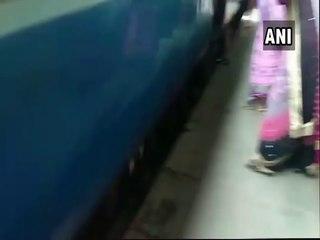 Un bébé passe sous un train