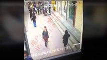 Chine : Un énorme gouffre s'ouvre en pleine rue et avale une femme !