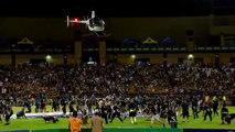 Un hélicoptère lance de l'argent à la mi-temps d'un match de NFL