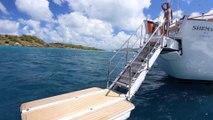 Ce yacht a une plateforme pour nager... Vacances de rêve