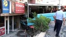 Bağcılar Güneşli Mahallesi'nde iddiaya göre gaz pedalı takılan bir halk otobüsü, 5 katlı binaya girdi. Olay yerine sağlık ekipleri ve itfaiye ekipleri sevk edildi. Ekiplerin çalışmaları sürüyor.