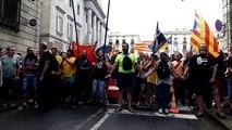 L'entrada a la plaça de Sant Jaume pel carrer de Jaume I, tallada pels concentrats a favor del català