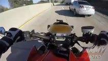 Ce motard chute et glisse sous un camion à pleine vitesse et s'en sort miraculeusement
