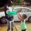 """Bu, le frère de Akon joue au """"Amina"""" avec sa fille, très belle complicité père-fille"""
