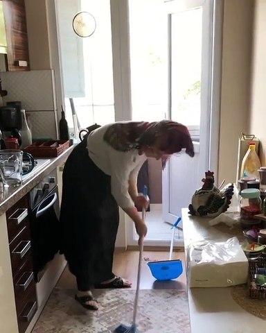 Temizlik Yapan Annenin Kızına Aşırı Komik İsyanı