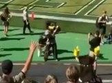 Une mascotte de foot US se tire dans les parties intimes avec son canon à t-shirts !