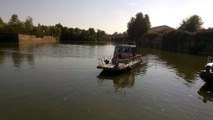La vedette bathymétrique de VNF arrive sur le quai, à Mâcon