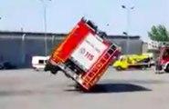 Trop pressés ces pompiers Italiens renversent leur camion à l'entraînement !