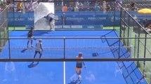 Un joueur de padel tennis saute sur une vitre en plein match et la fracasse !