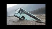 Un fleuve en crue emporte un bus en Inde