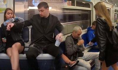 Metroda bacaklarını açarak oturan erkeklere protesto
