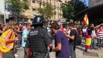 Els ultres s'encaren amb el braç aixecat contra els manifestants antifeixistes