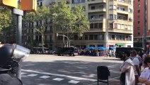 Manifestants canten els Segadors davant els Mossos d'Esquadra