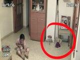 Il place des caméras dans la chambre de sa fille et filme des choses terrifiantes... Esprits et fantomes!