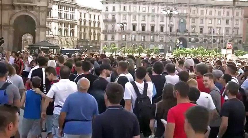 Higuain e Caldara, che accoglienza in Piazza Duomo!