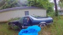 Il découvre un gigantesque nid de frelons dans sa vieille voiture