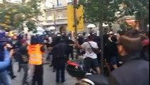Los Mossos d'Esquadra aporrean a independentistas en Sarriá