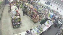 Des voleurs aident un commerçant à mettre hors d'état de nuire un braqueur avant de s'enfuir avec leur butin