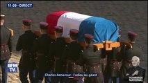 """Le cercueil de Charles Aznavour quitte la cour des Invalides au son """"d'Emmenez-moi"""""""