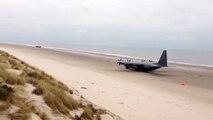 Cet avion de l'armée décolle d'une plage !