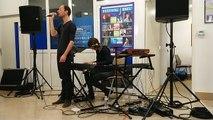 Festival Jacques Brel. Les artistes dans la ville. Nico Étoile chante au bureau de la poste de Vesoul