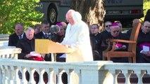 Il Papa in Estonia, il vento gli strappa la papalina
