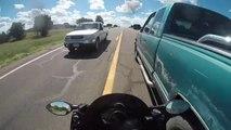 Un motard inconscient se met à accélérer et doubler n'importe comment