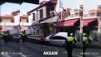 Çekicinin Bursa'nın Mudanya ilçesinde çekicinin üzerine konmak istenen otomobil 2 metreden yere düştü. O anlar bir vatandaş tarafından saniye saniye kaydedildi.halatı koptu, düşen otomobil hasar gördü