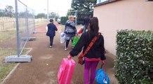 Les familles déménagées du campement du 1er mai arrivent dans le gymnase mis à disposition par l'Etat aux Cézeaux