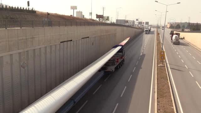 68 Metre Uzunluğundaki Rüzgar Türbininin Kanadı Tırlarla Taşındı
