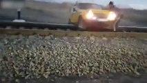 Ils se retrouvent piégés avec leur voiture sur une voie ferrée quand un train arrive !